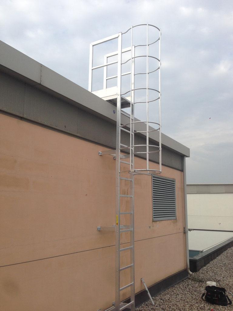 Installazione scale di sicurezza per accesso tetti a Verona