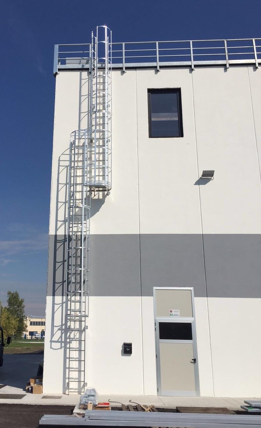 Installazione scale di sicurezza per accesso tetti a Bergamo