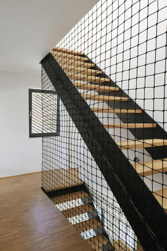 Installazione rete di sicurezza per scale